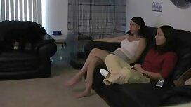 Tuolissa tytön gau pornoa kanssa.