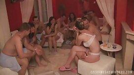 Aikuiset ilmais porno naiset on anaali sohvalla.