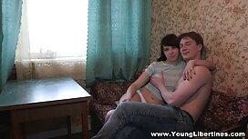 Nuorukainen matkustaa kirkkaissa bikineissä hairy pornoa hotellille kypsien miesten luo.