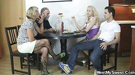 Nuori tyttö imee äitinsä rinta, ja juominen maitoa lespopornoa