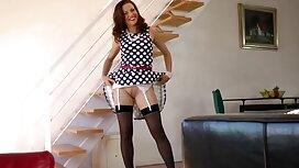 Huora eroottiset videot vie harjoitushousut lattialle ja hänen reikänsä dildolla.