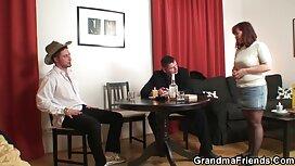 Sinipaitainen mies gay pornoa hieroi sohvalla.