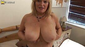 Seksiä naisen kanssa, jolla on kaunista pornoa roikkuvat rinnat.